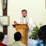Ks. Dawid głosi homilię