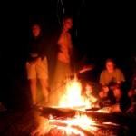 ognisko i kiełbaski na spotkaniu młodych