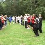 tańce łamańce prowadzone przez wodzireja na spotkaniu młodych
