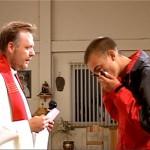 Uczczenie krzyża misyjnego podczas nabożeństwa